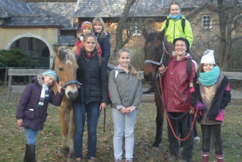 Eine Reitgruppe mit Ronja und Cartier am Forsthaus auf der Kind Pferd Natur Weide